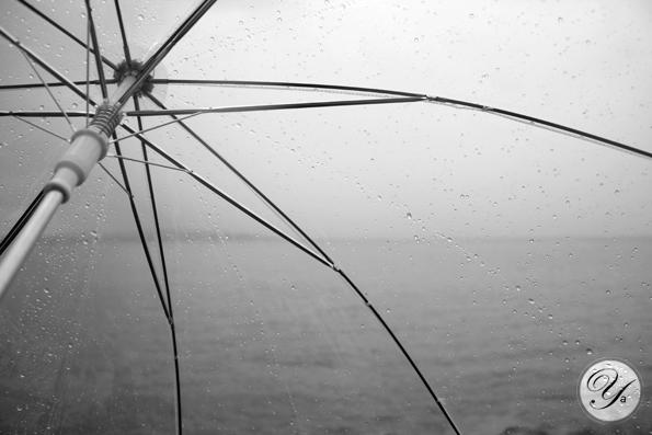 Étang de Berre vu derrière un parapluie transparent.