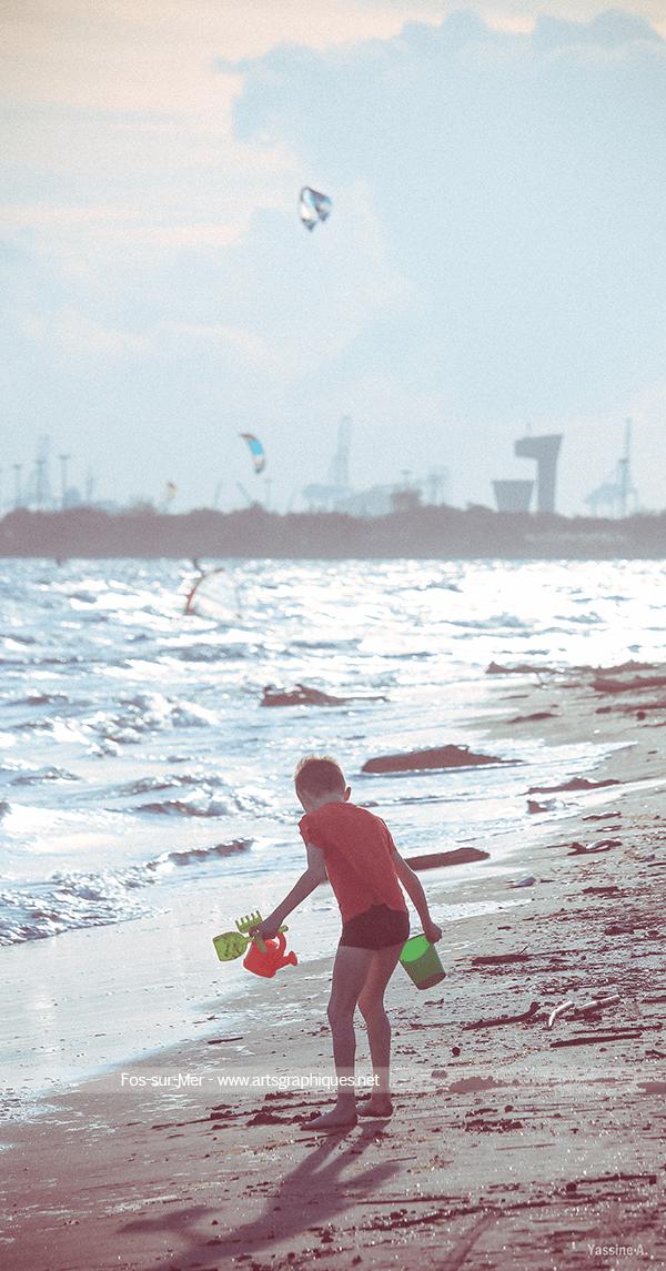 Pelle, seau et rateau : jeu d'enfant sur la plage de Fos-sur-Mer