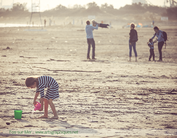 Famille sur la plage de Fos-sur-Mer